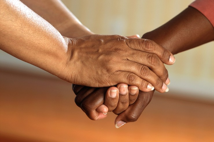 clasped-hands-541849_1280-740x493